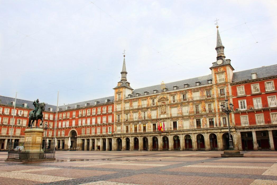 Plaza Mayor, Madrid desde un ángulo con edificios de 3 pisos que la rodean