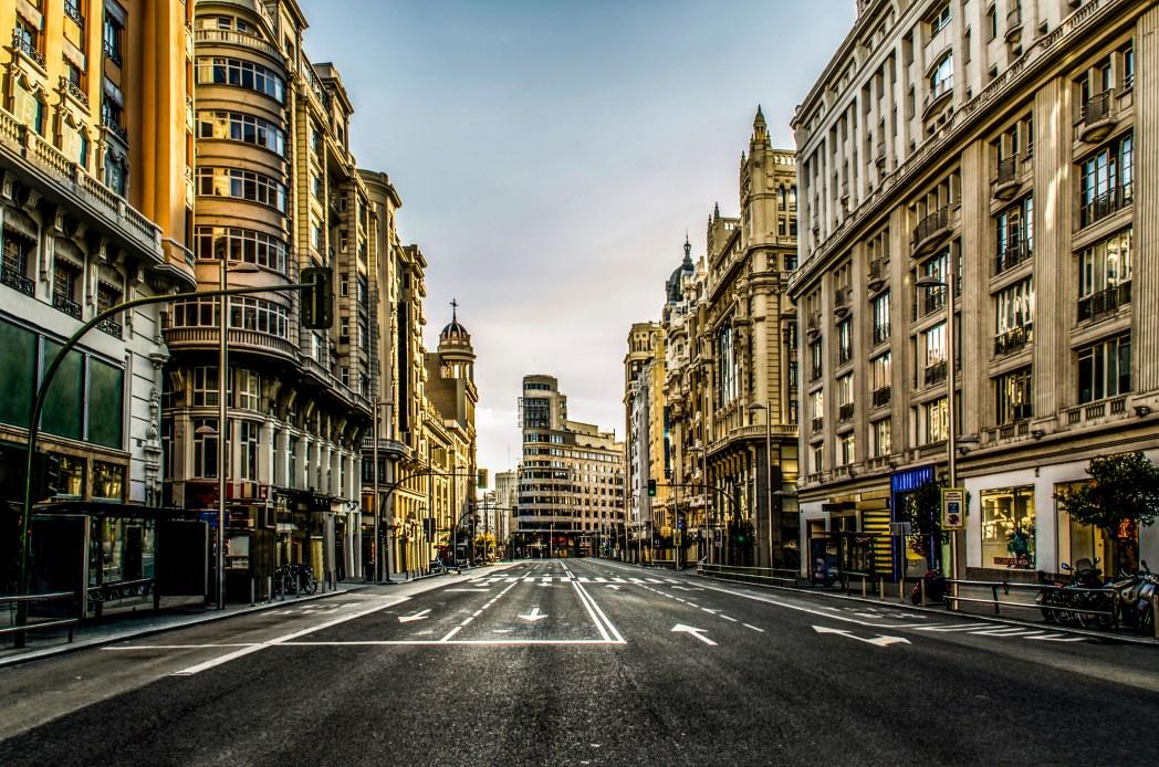 Calle La Gran Vía en Madrid en la noche
