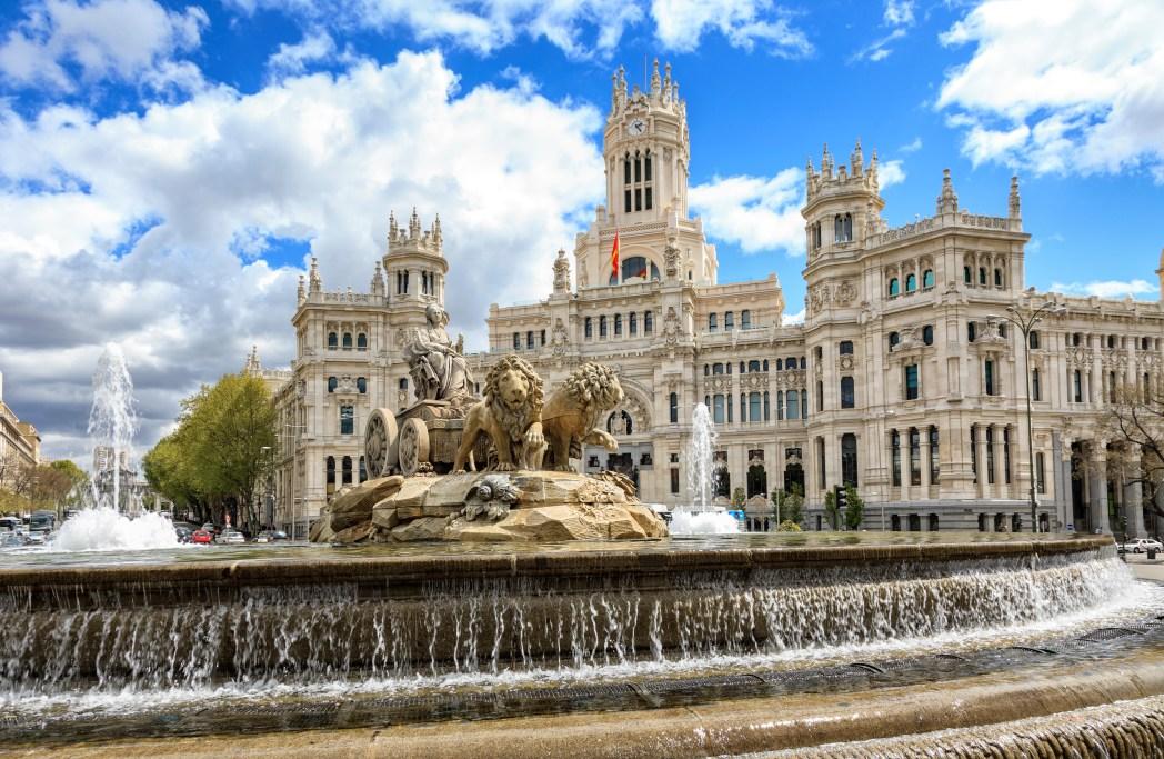 Fuente de Cibeles en Madrid, con la estatua de la diosa Cibeles sobre carroza tirada por leones